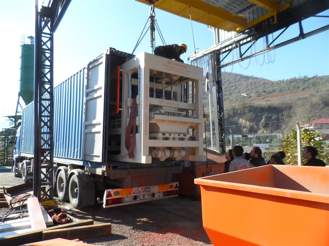 Automatic hollow block machine Transport to the customer
